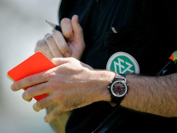 Schiedsrichter mit Karten